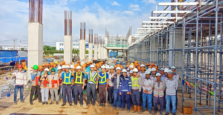 """THE INVESTOR OF BATICO  PROJECT GIVE OUT GIFTS FOR WORKERS TO CONGRATS """"150 WORKING DAYS WITH NO ACCIDENT"""""""